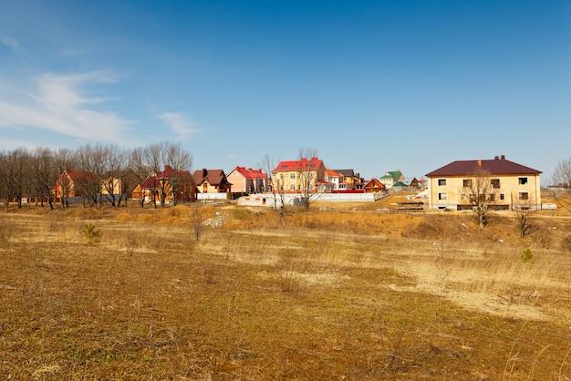 봄 하늘에 건설중인 엘리트 별장 마을