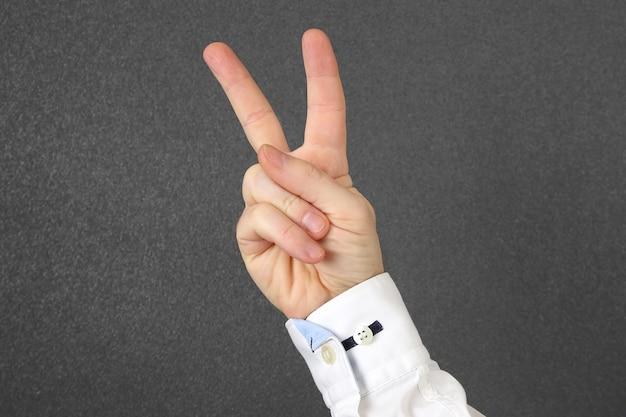 두 손가락으로 길쭉한 남성 손