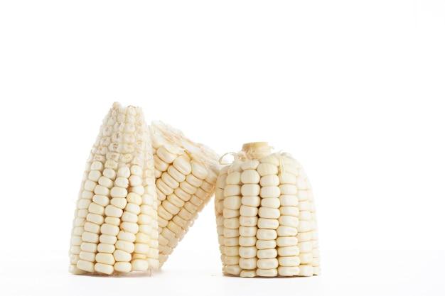 Elote de maiz blanco partido en tres piezas