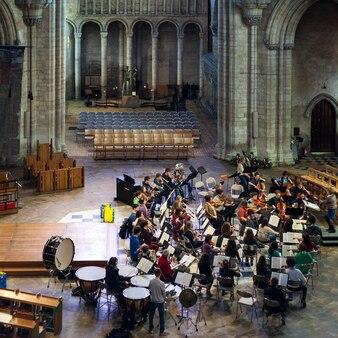 Эли, кембриджешир / великобритания - 22-ое ноября: внутренний вид собора эли в эли 22 ноября 2012 года. неизвестные люди.