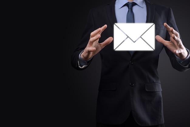 이메일 및 사용자 아이콘, 기호, 기호 마케팅 또는 뉴스레터 개념, diagram.sending email.bulk mail.email 및 sms 마케팅 개념입니다. 사업에서 직접 판매 계획. 메일링을 위한 클라이언트 목록입니다.