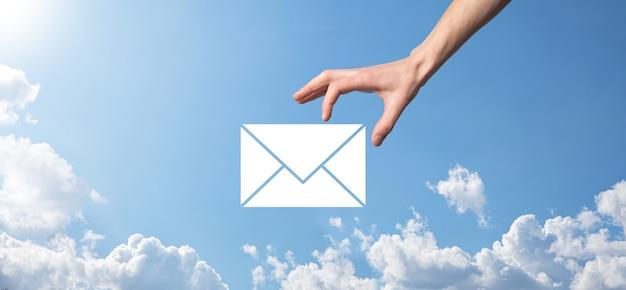 電子メールとユーザーのアイコン、サイン、シンボルマーケティングまたはニュースレターの概念、図。電子メールの送信。一括メール。電子メールとsmsのマーケティングの概念。ビジネスにおける直接販売のスキーム。郵送するクライアントのリスト。