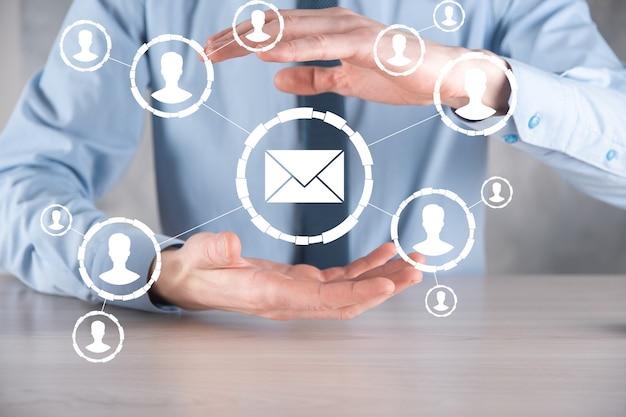Электронная почта и значок пользователя, знак, символ маркетинга или концепция информационного бюллетеня, диаграмма. отправка электронной почты. массовая почта. концепция маркетинга электронной почты и sms. схема прямых продаж в бизнесе. список клиентов для рассылки.