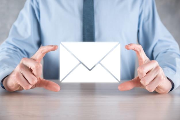 이메일 및 사용자 아이콘, 기호, 기호 마케팅 또는 뉴스 레터 개념, diagram.sending email.bulk mail.email 및 sms 마케팅 개념. 사업에서의 직접 판매 계획. 메일 링 클라이언트 목록입니다.