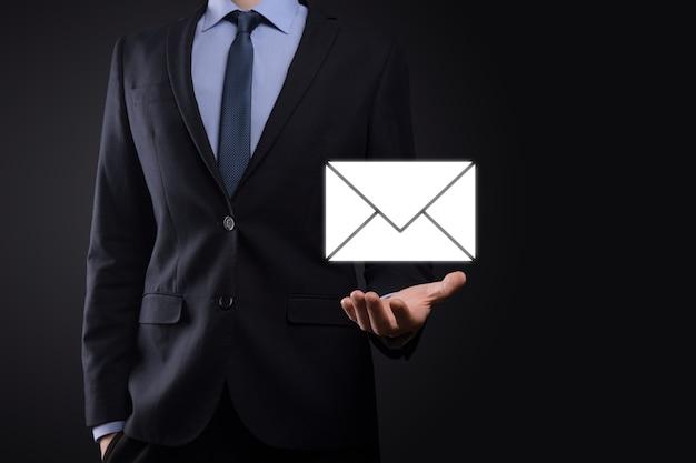 이메일 및 사용자 아이콘, 기호, 기호 마케팅 또는 뉴스 레터 개념, 다이어그램. 이메일 보내기