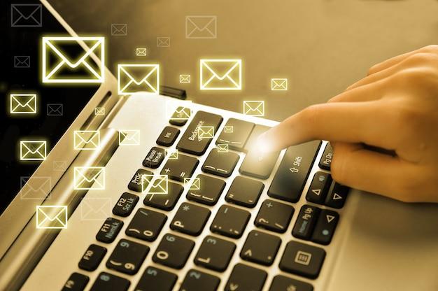 ノートパソコンと手でメールのコンセプト