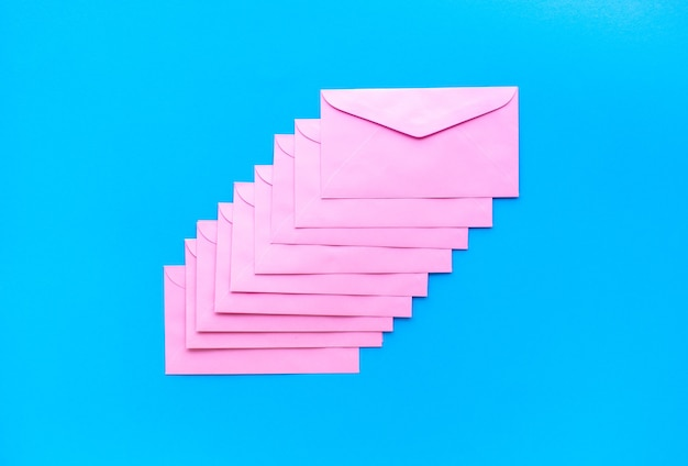 カラフルな封筒でマーケティングの概念をメールで送信します。ビジネス情報とデータ