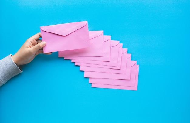 다채로운 봉투와 이메일 마케팅 개념