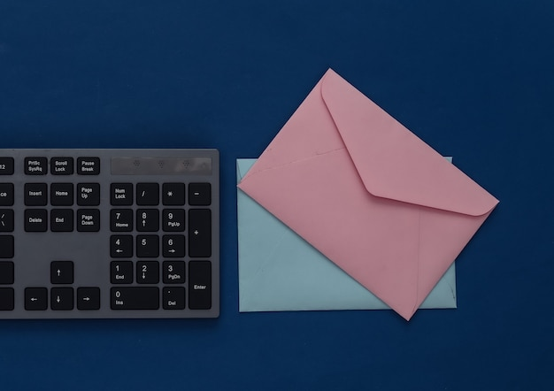 이메일. 클래식 블루에 pc 키보드와 봉투.