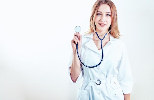 病院で患者を歓迎する当番の女性医師、フレンドリーな専門家、ヘルスケア
