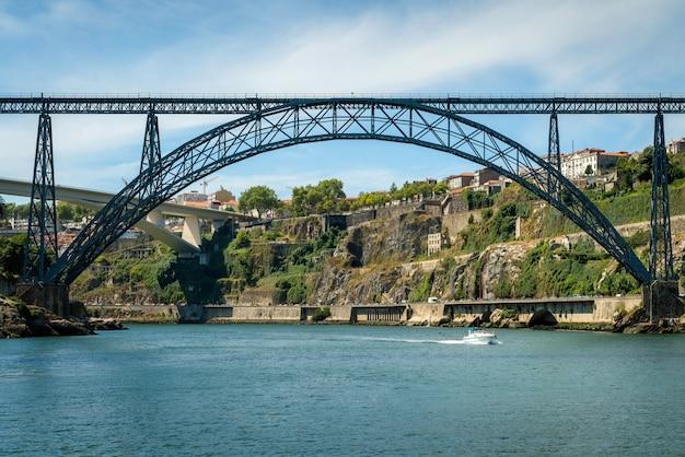 Набережная реки дору с мостом в порту, португалия