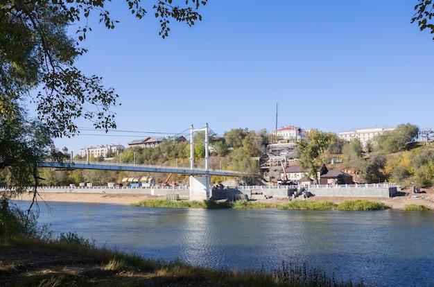 オレンブルクのロシアで撮影されたウラル川歩道橋の堤防の写真