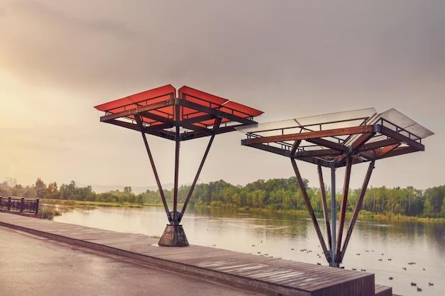 クラスノヤルスクのエニセイ川の堤防。美しい展望台と天蓋付きのベランダ。堤防の配置。アーバンデザイン。造園と風景の美しい夕景。