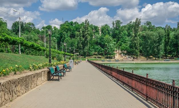 モルドバ、キシナウのヴァレアモリロール湖の堤防