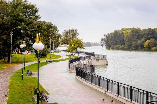 フメリニツキー、ウクライナの都市公園のフェンスと堤防