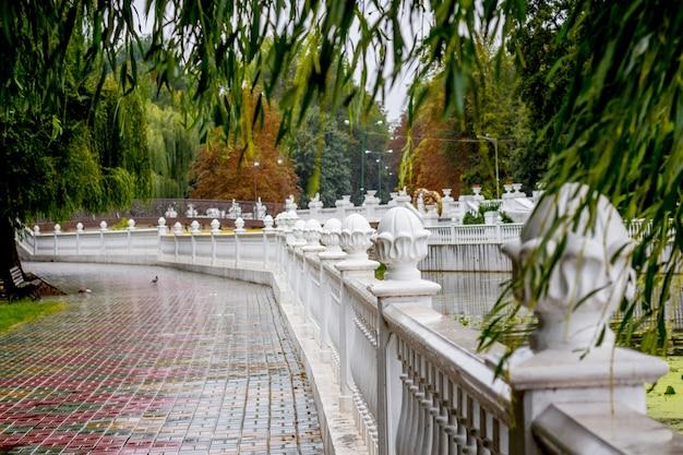 ウクライナ、フメリニツキーの都市公園にある柵のある堤防