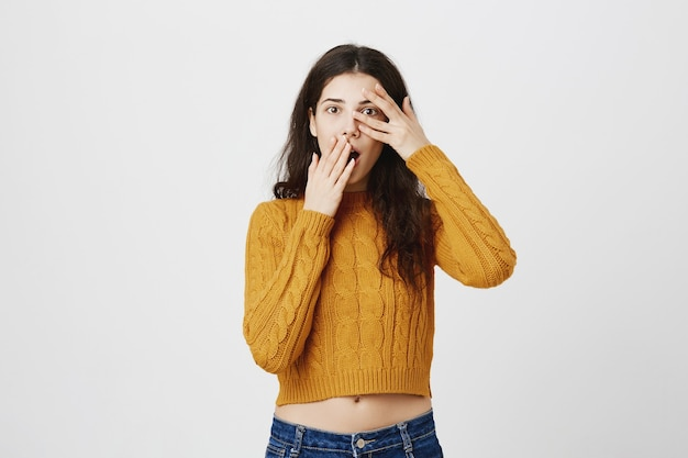 恥ずかしいショックを受けた少女は指でじっと見つめ、あえぎ