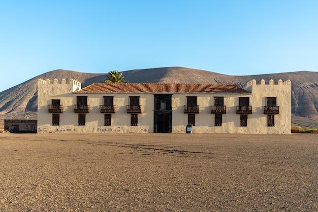 スペイン、フェルテベントゥラ島のラオリバ(カサデロスコロネレス)の町にある象徴的な建物。