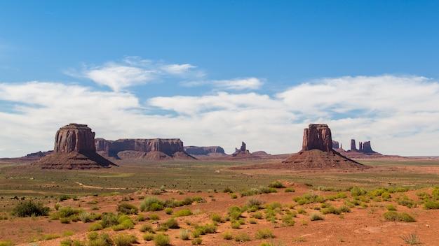 Знаковое место - пустыня долина монументов с мелким красным песком.