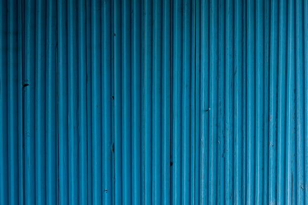 양각된 나무 페인트 표면 균열 작은 결함이 있는 건물의 푸른 나무 외관