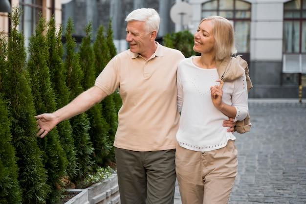 Abbraccia la coppia di anziani facendo una passeggiata all'aperto
