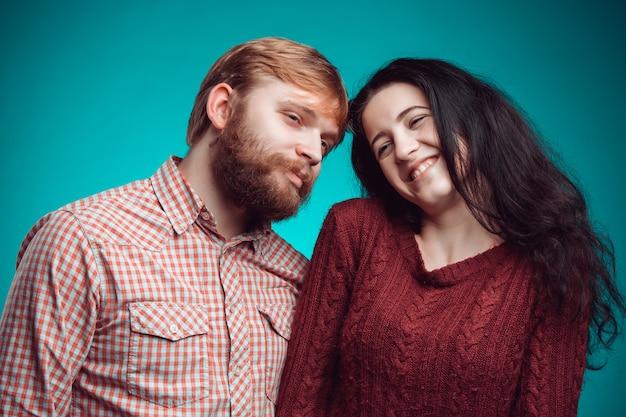 L'abbraccio di giovane uomo e donna