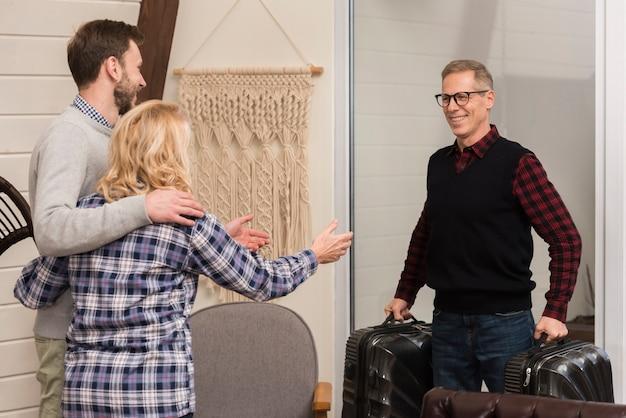 Обнял мать и сына с отцом, держащим чемоданы