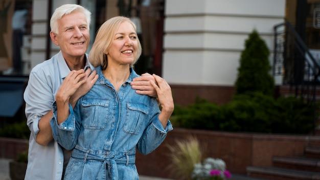Обнял пожилую пару, проводящую время вместе в городе