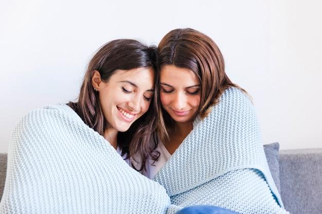 Охватывая любящих женщин дома