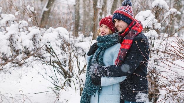 Abbracciando la tenera coppia nei boschi