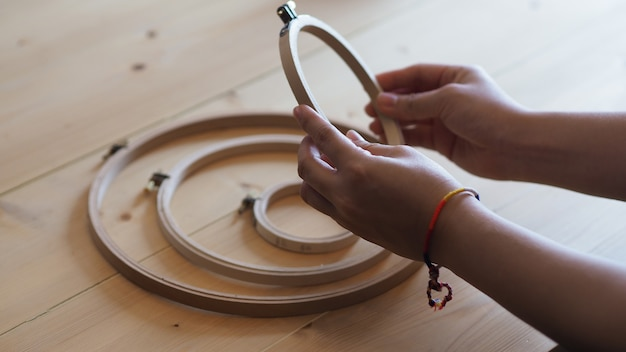 Вышивание женскими руками ремесленная работа и женские руки ручная работа ниткой иглой шить