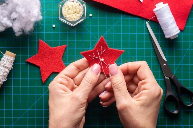 크리스마스 별의 흰색 실로 패턴을 수 놓습니다. 단계별 지침. 5단계
