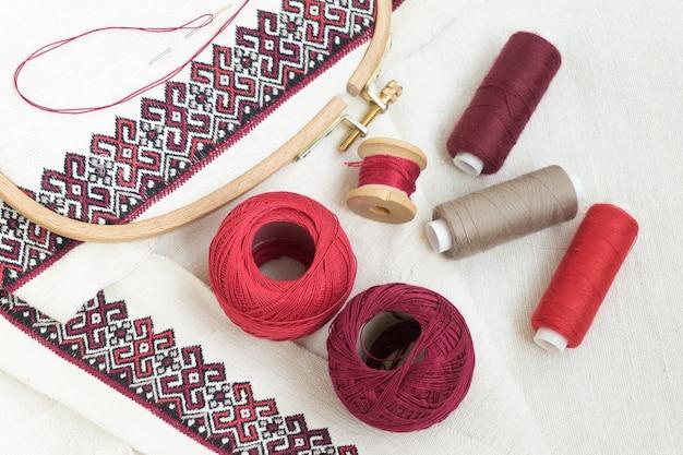 刺繡の破片。毛糸、生地。