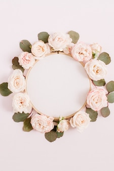 淡いパステルピンクで分離されたベージュのバラの花のつぼみの刺繡フレーム