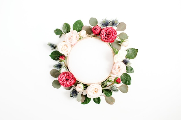 白で隔離の赤とベージュのバラの花のつぼみの刺繡フレーム