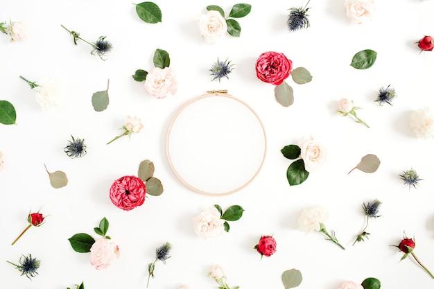 白地に赤とベージュのバラの花のつぼみ模様の刺繡フレーム