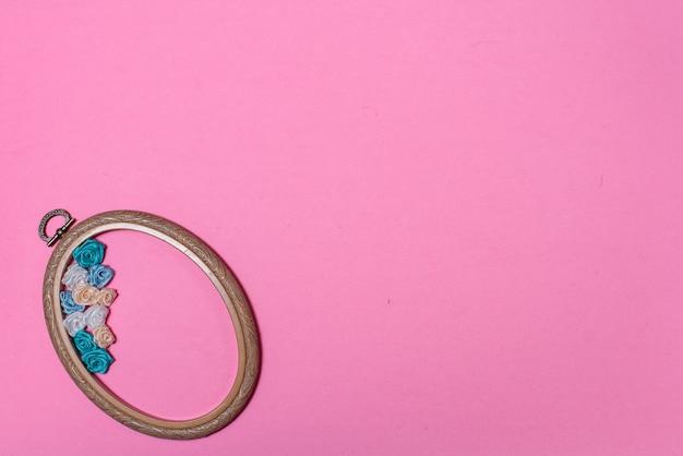 コピースペースとピンクの背景に刺繡フープ