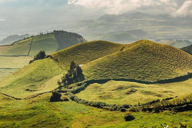 산 미겔 섬의 에메랄드 녹색 언덕. 아 조레스 포르투갈