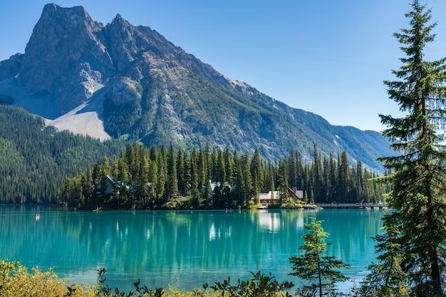 백그라운드에서 마운트 burgess와 여름 화창한 날에 에메랄드 호수. yoho national park, canadian rockies, british columbia, canada.