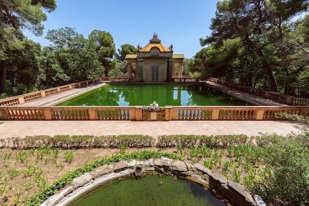 스페인 바르셀로나의 오르타 미로의 유명한 공원에 있는 에메랄드 물 연못