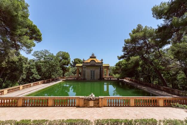 スペイン、バルセロナのラベリンドルタ公園の迷宮公園にあるエメラルドの池
