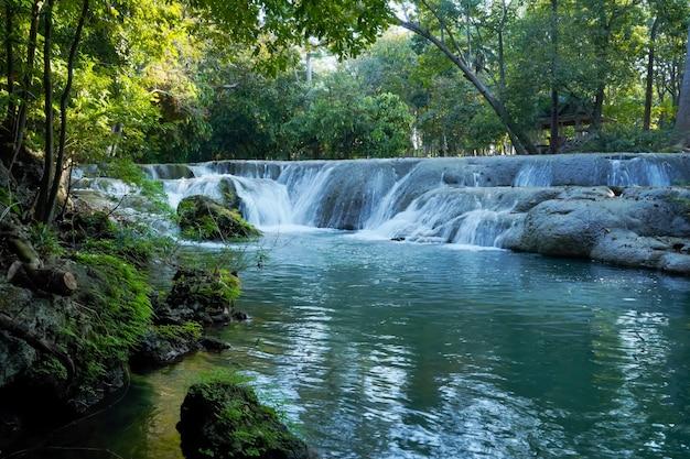 Изумрудный водопад в накхонратчасиме, таиланд