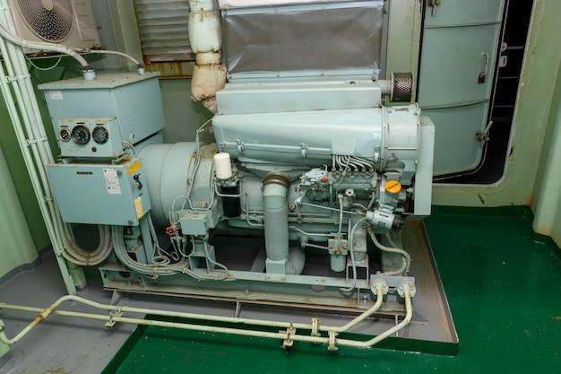 Аварийный дизель-генератор. судовой двигатель. спасательное оборудование.