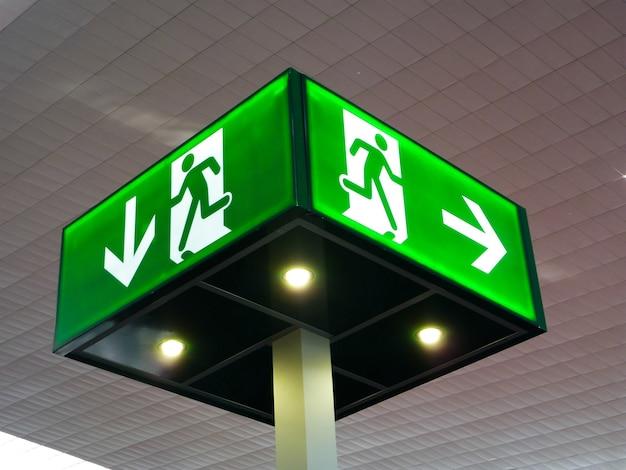 Знак аварийного выхода, свет куба на потолке, концепция