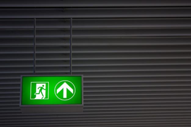 산업 공장 내부의 현대적인 사무실에 있는 비상구 표지판