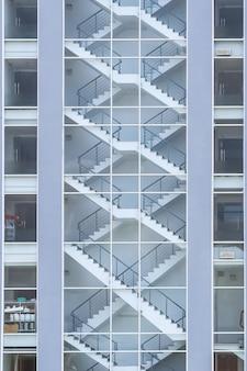 Лестница запасного выхода в интерьере здания. вид снаружи. лестница аварийного выхода