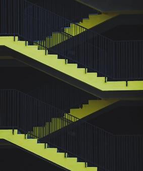 非常口。駐車場の黄色い階段