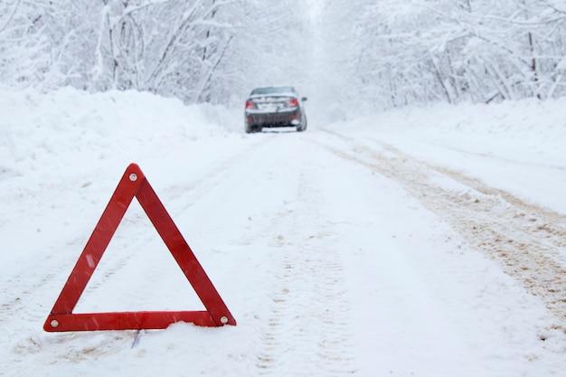 田舎の冬の道の非常停止車。