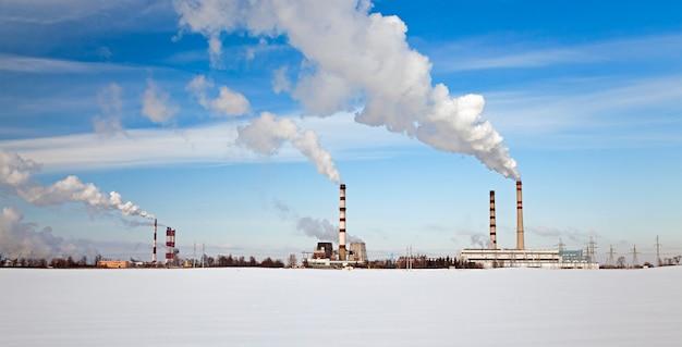 서리가 내린 겨울날 산업 기업의 배출.