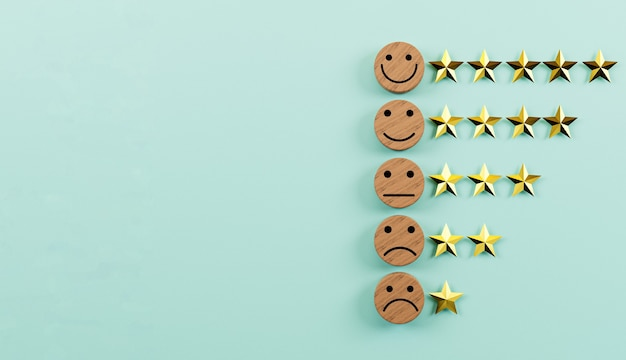 3d 렌더링을 통해 제품 및 서비스 개념 사용에 대한 최상의 고객 평가를 위해 황금 별이 있는 원형 나무 블록에 감정 얼굴 인쇄 화면.